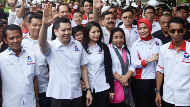 Ketua Umum Partai Perindo Hary Tanoesoedibjo (kedua kiri) melambaikan tangan saat mendaftarkan partainya ke KPU Pusat di Jakarta