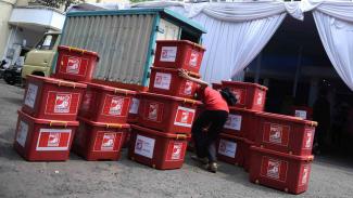 Simpatisan Partai Solidaritas Indonesia (PSI) menata boks-boks berisikan berkas