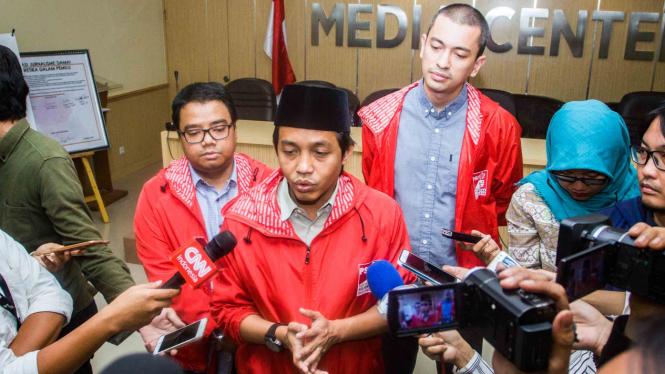 Sekretaris Jenderal Partai Solidaritas Indonesia (PSI), Raja Juli Antoni (tengah)