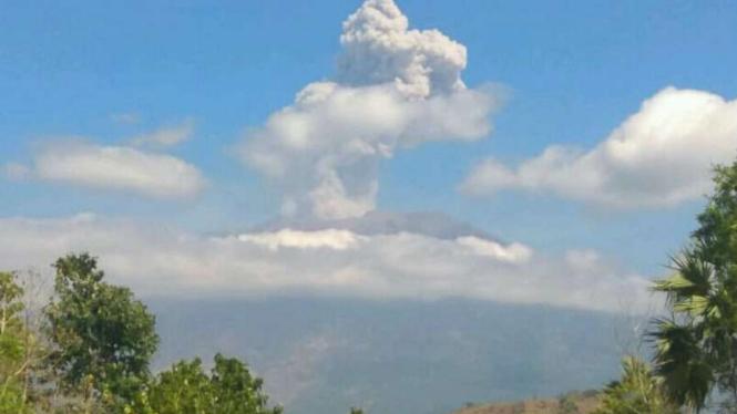 Gunung Agung meletus.