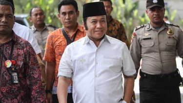 Bupati Lampung Selatan Zainudin Hasan (tengah) digiring ke Gedung KPK usai kena OTT, Jumat 27 Juli 2018.