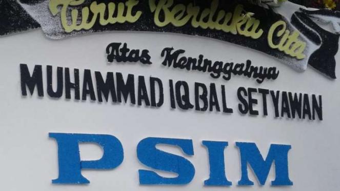 Karangan bunga untuk mendiang Muhammad Iqbal Setiawan