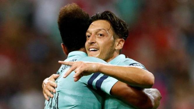 Gelandang serang Arsenal, mesut Oezil (kanan)