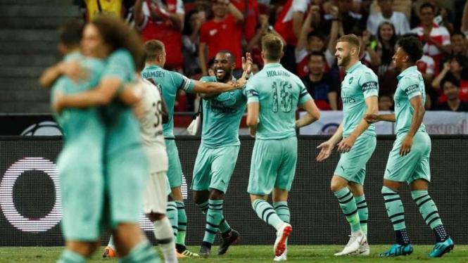 Para pemain Arsenal merayakan gol.