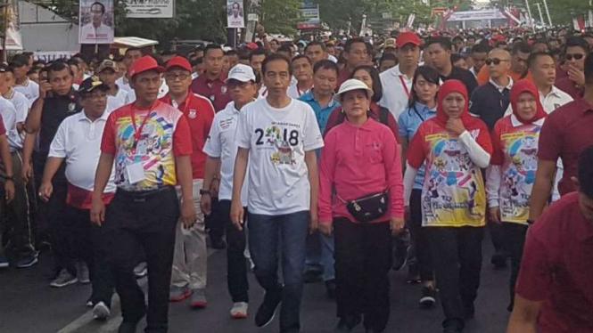 Presiden Joko Widodo dan ibu negara Iriana mengikuti kegiatan jalan santai bersama warga di Makassar, Sulawesi Selatan, pada Minggu pagi, 29 Juli 2018.