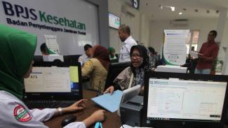 Petugas melayani pengurusan kepesertaan Badan Penyelenggara Jaminan Sosial (BPJS) Kesehatan di Kabupaten Bogor, Jawa Barat