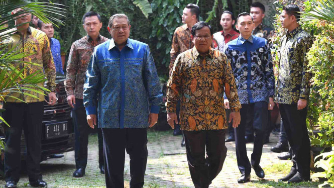 Ketua Umum Partai Gerindra Prabowo Subianto (ketiga kanan) menerima kunjungan Ketua Umum Partai Demokrat Susilo Bambang Yudhoyono (ketiga kiri)
