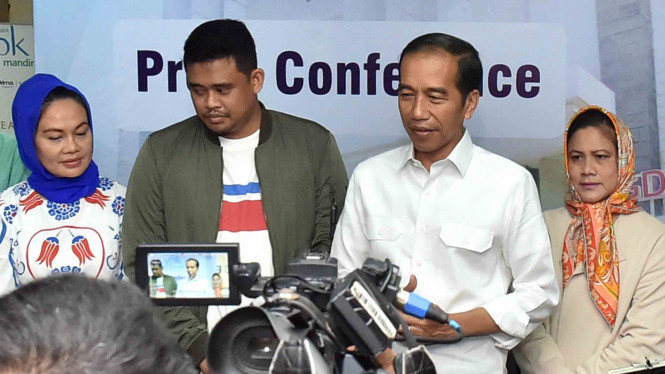 Presiden Joko Widodo (kedua kanan) didampingi Ibu Negara Iriana Joko Widodo (kanan) dan suami Kahiyang Ayu, Muhamad Afif Bobby (kedua kiri) memberikan keterangan kepada wartawan seusai prosesi lahiran Kahiyang di RS YPK Mandiri, Menteng, Jakarta