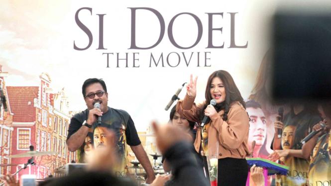 Artis pemeran film Si Doel The Movie Rano Karno (kiri) dan Cornelia Agatha menghadiri ajang temu penggemar di Cibinong, Kabupaten Bogor, Jawa Barat
