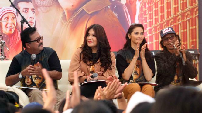 Artis pemeran film Si Doel The Movie Rano Karno (kiri), Cornelia Agatha (kedua kiri), Maudy Koesnaedy (kedua kanan) dan Mandra (kanan) menghadiri ajang temu penggemar di  Cibinong, Kabupaten Bogor, Jawa Barat