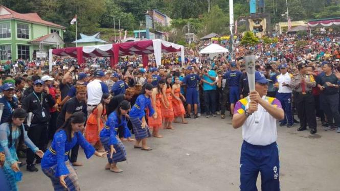 Kirab Obor Asian Games 2018 di Danau Toba, Sumatera Utara.