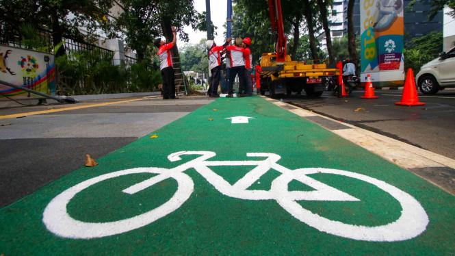 Jalur sepeda di trotoar kawasan Jalan Asia Afrika, Senayan, Jakarta