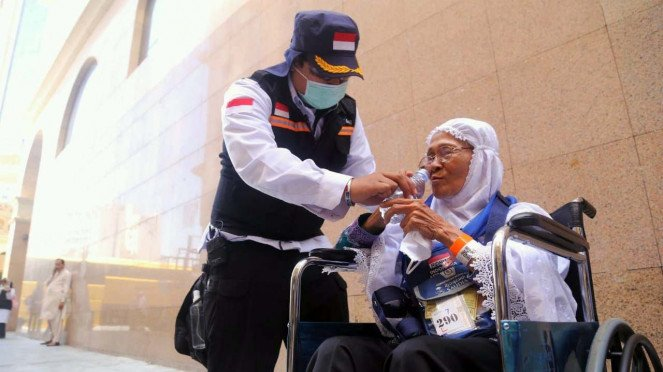 Petugas haji membantu jemaah haji Indonesia