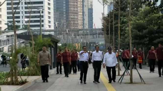 Presiden Jokowi didamping Menteri PUPR dan Anies Baswedan.