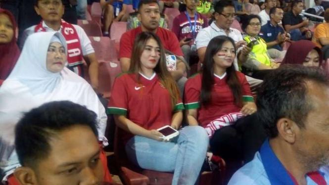 Penyanyi Via Vallen saat menonton Timnas Indonesia U-16