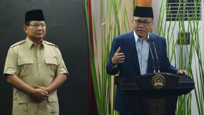 Ketua Umum Partai Amanat Nasional (PAN) Zulkifli Hasan (kanan) bersama dengan Ketua Umum Partai Gerindra Prabowo Subianto (kiri)