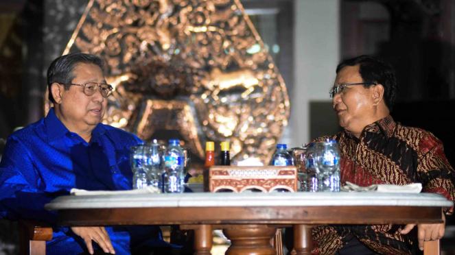 Ketua Umum Partai Demokrat Susilo Bambang Yudhoyono (SBY) (kiri) berbincang dengan Ketua Umum Partai Gerindra Prabowo Subianto (kanan)
