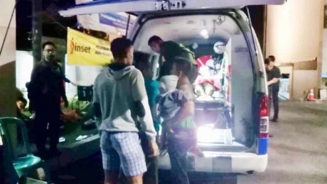 Korban luka gempa bumi di Lombok dibawa ke ambulans