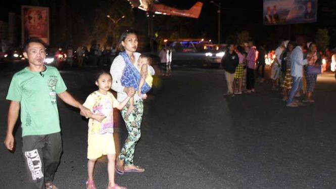 Masyarakat menyelamatkan diri setelah gempa bumi 7 SR di Lombok NTB (5/8/2018)