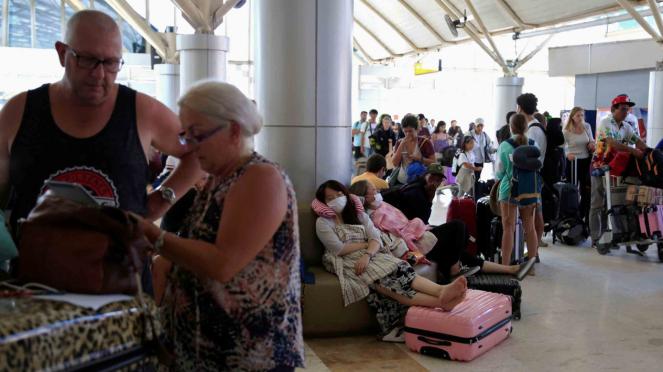 Wisatawan meninggalkan Pulau Lombok setelah terjadi gempa bumi