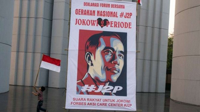 Spanduk besar Gerakan Nasional Jokowi 2 Periode #J2P