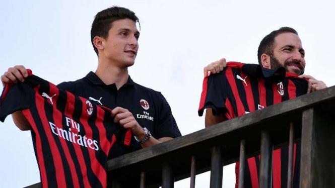 Dua pemain anyar AC Milan, Mattia Caldara dan Gonzalo Higuain.