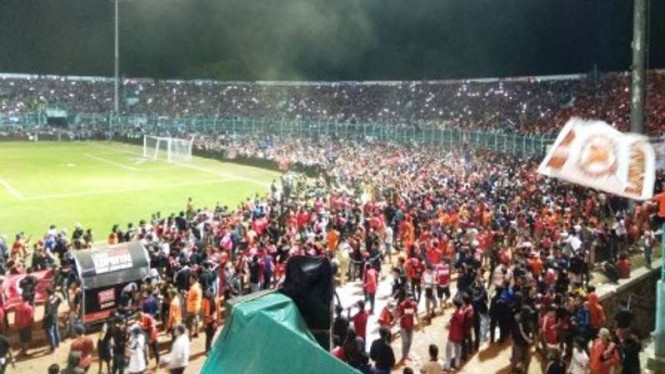 Penonton membludak ke sentel ban Stadion Kanjuruhan, Malang.