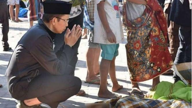 TGB berdoa di depan jenazah korban bencana Lombok.