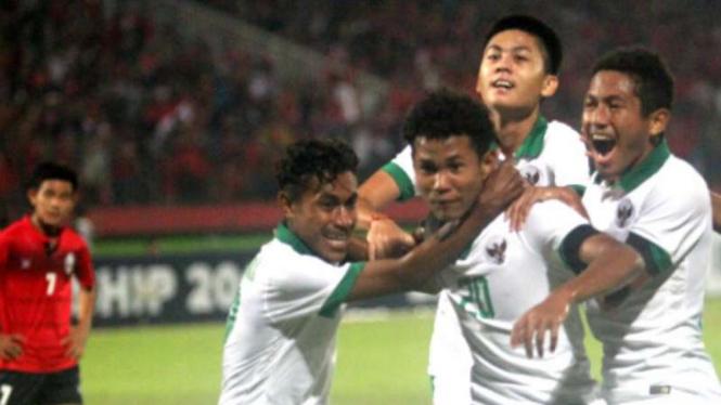 Pemain Timnas Indonesia U-16 rayakan gol.