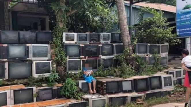 Rumah dengan pagar TV bekas