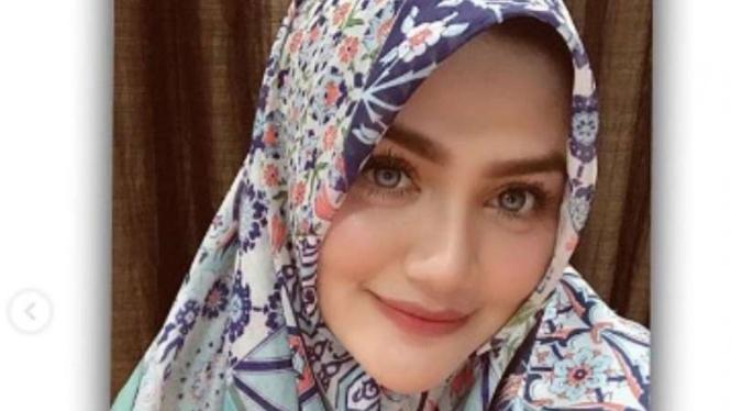 Hilda Vitria berhijab