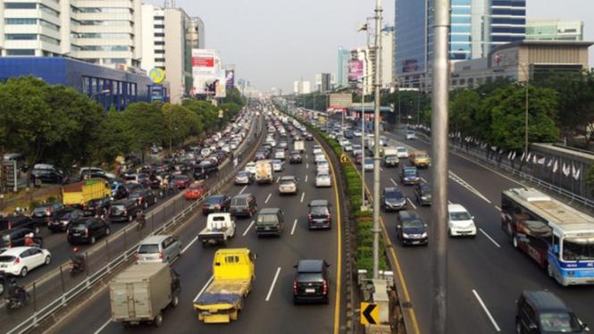 Suasana lalu lintas di jalan tol dalam kota Jakarta.