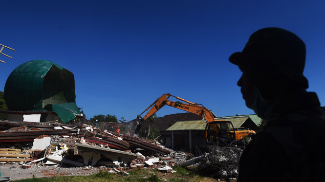 Evakuasi korban gempa Lombok.