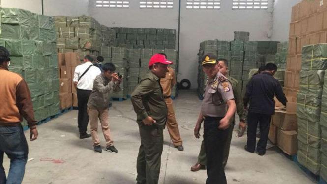 BPOM Serang dan Polisi menemukan tiga gudang besar penyimpanan kosmetik dan jamu ilegal di kawasan Pergudangan Surya Balaraja, Kabupaten Tangerang, Banten, pada Selasa, 7 Agustus 2018.
