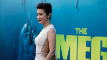 https://thumb.viva.co.id/media/frontend/thumbs3/2018/08/07/5b697020834d7-aktris-bingbing-li-saat-menghadiri-premier-film-the-meg_213_120.jpg