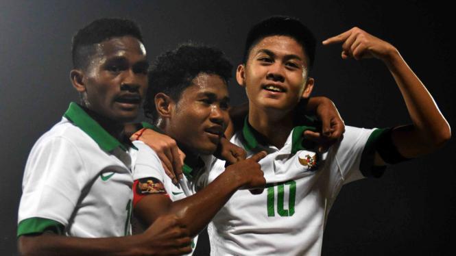 Pesepak bola Indonesia U-16 Amirudin Bagus Kahfi Alfikri (tengah) bersama rekannya Rendy Juliansyah (kanan) dan Muhammad Talaohu (kiri) melakukan selebrasi usai mencetak gol ke gawang Kamboja U-16
