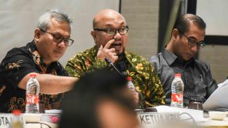 Komisioner Komisi Pemilihan Umum (KPU), Ilham Saputra (tengah)