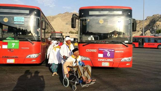 Jemaah haji Indonesia dan bus salawat