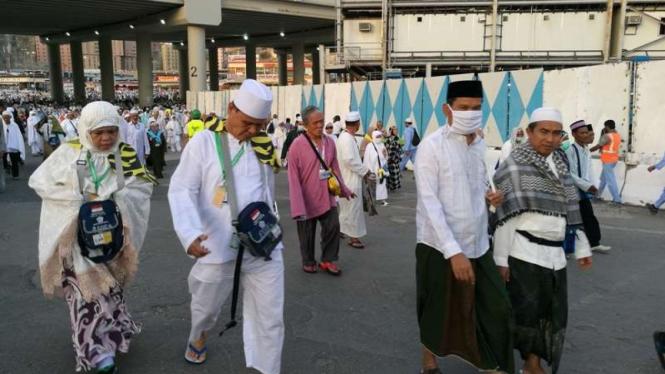 Jemaah haji Indonesia menuju Masjidil Haram