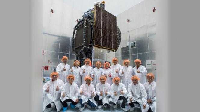 Menteri BUMN dan Direksi Telkom dengan latar belakang Satelit Merah Putih