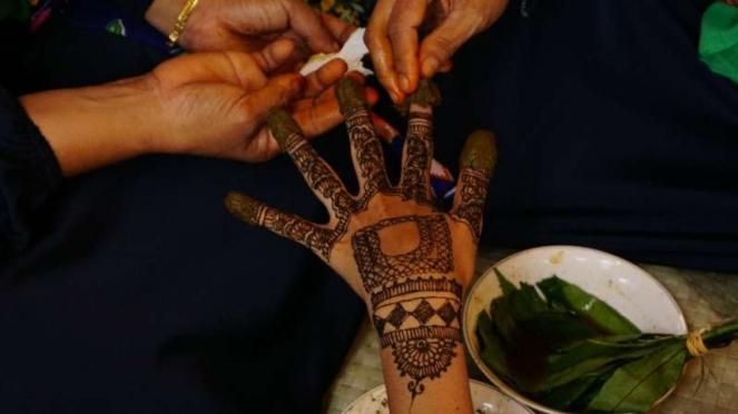 Proses ukir Inai bagi pengantin di Aceh.