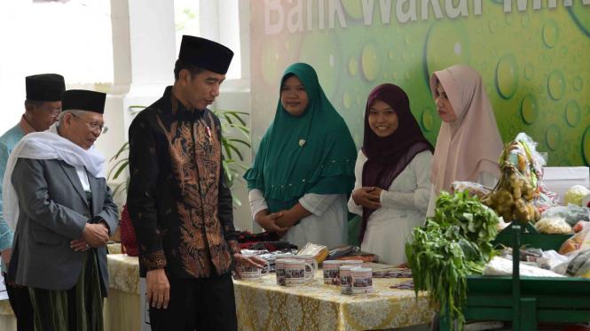 Presiden Joko Widodo (kedua kiri) dan Ketua MUI, Ma'ruf Amin (kiri)