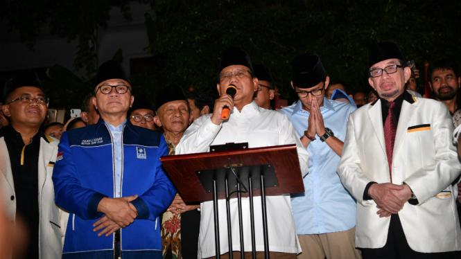 Ketua Umum Partai Gerindra Prabowo Subianto (tengah) didampingi Wakil Gubernur DKI Jakarta Sandiaga Uno (kedua kanan) dan sejumlah petinggi partai memberikan keterangan pers di Jalan Kertanegara, Jakarta, Kamis (9/8/2018) malam.