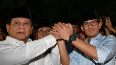 Ketua Umum Partai Gerindra Prabowo Subianto (kiri) didampingi Wakil Gubernur DKI Jakarta Sandiaga Uno (kanan) berpegangan tangan bersama seusai memberikan keterangan pers di kediaman Prabowo, Jalan Kertanegara, Jakarta, Kamis (9/8/2018) malam.