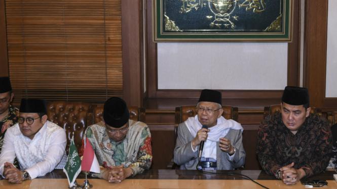 Rais Aam PBNU Ma'ruf Amin didampingi dengan Ketua Umum PBNU Said Aqil Siroj, Ketua Umum PKB Muhaimin Iskandar, dan Sekjen PBNU Helmy Faishal memberikan keterangan pers di gedung PBNU, Jakarta, Kamis (9/8/2018).