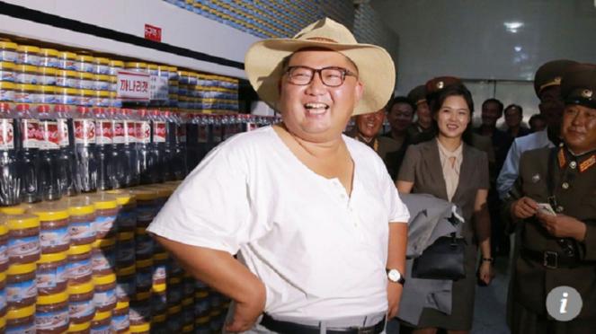 Pemimpin Korea Utara Kim Jong Un berkaos oblong saat meninjau pabrik