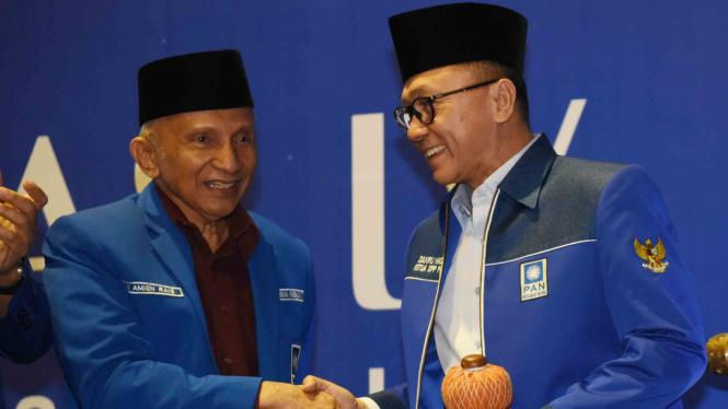 Ketua Umum PAN Zulkifli Hasan (kanan) berjabat tangan dengan Ketua Dewan Pertimbangan PAN Amien Rais (kiri)