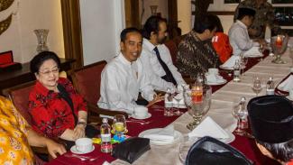 Presiden Joko Widodo (tengah) bersama pimpinan partai dan sekjen partai pengusung