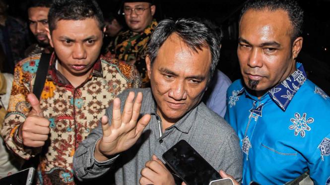 Wakil Sekjen Partai Demokrat Andi Arief (tengah).