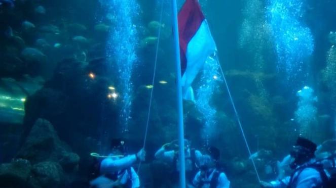 Marsha Aruan dikabarkan bendera Merah Putih di bawah air